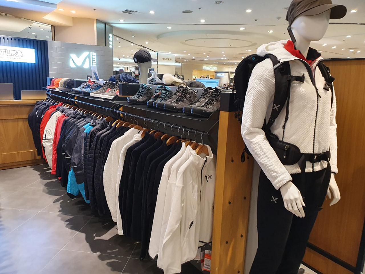 montura_shop_at-lotte_departament_store_jamsil_in_seoul_2.jpg